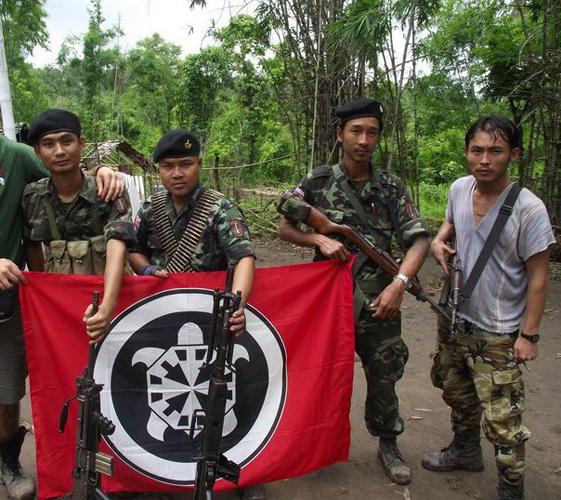 birmani con fascio littorio e bandiera casapound
