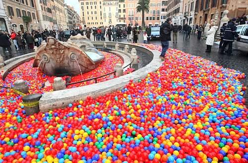 Graziano Cecchini palline Piazza di Spagna