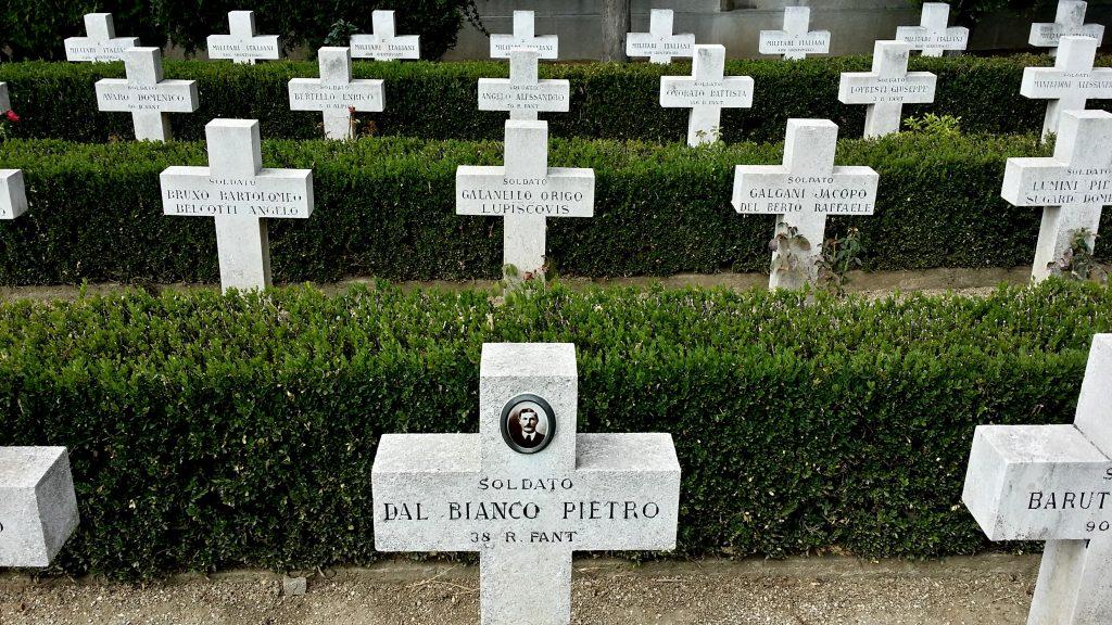Le lapidi dei militari italiani. Il Novo Broblje di Belgrado è uno dei più importanti cimiteri monumentali della Repubblica di Serbia. Al suo interno riposano le spoglie di 1063 soldati caduti durante la Prima guerra mondiale